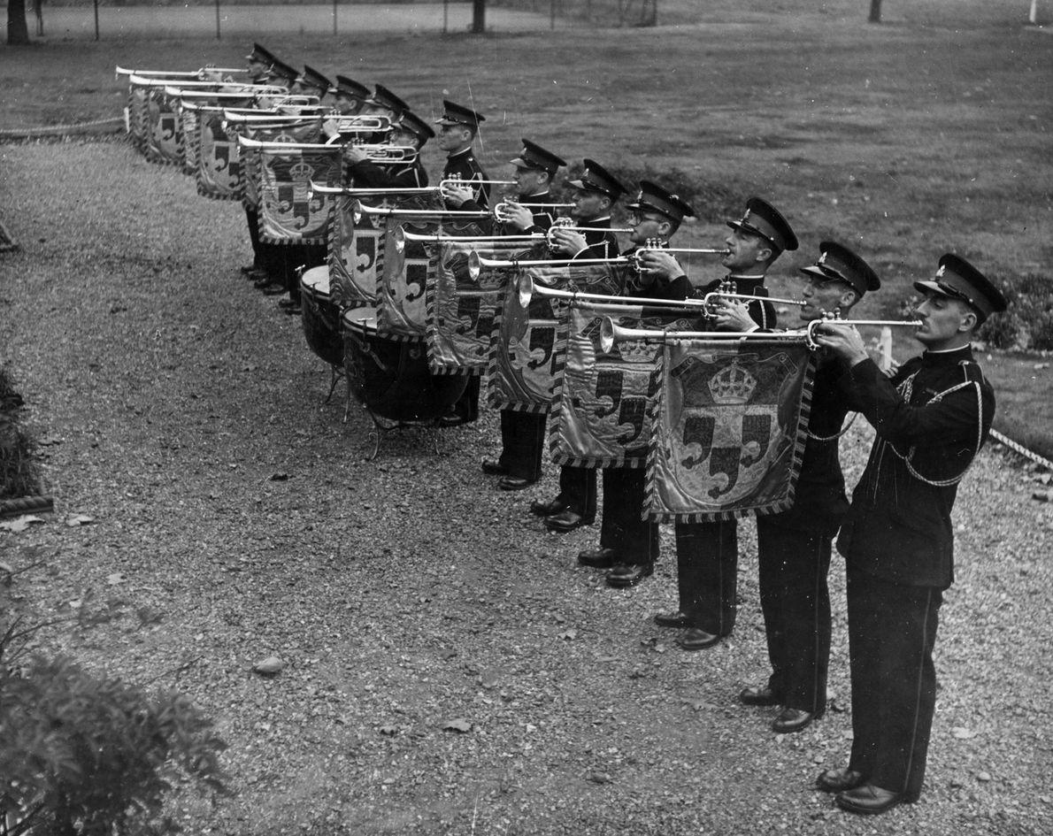 La fanfarria real, interpretada por los trompetistas estatales con instrumentos que llevan el escudo real, se ...