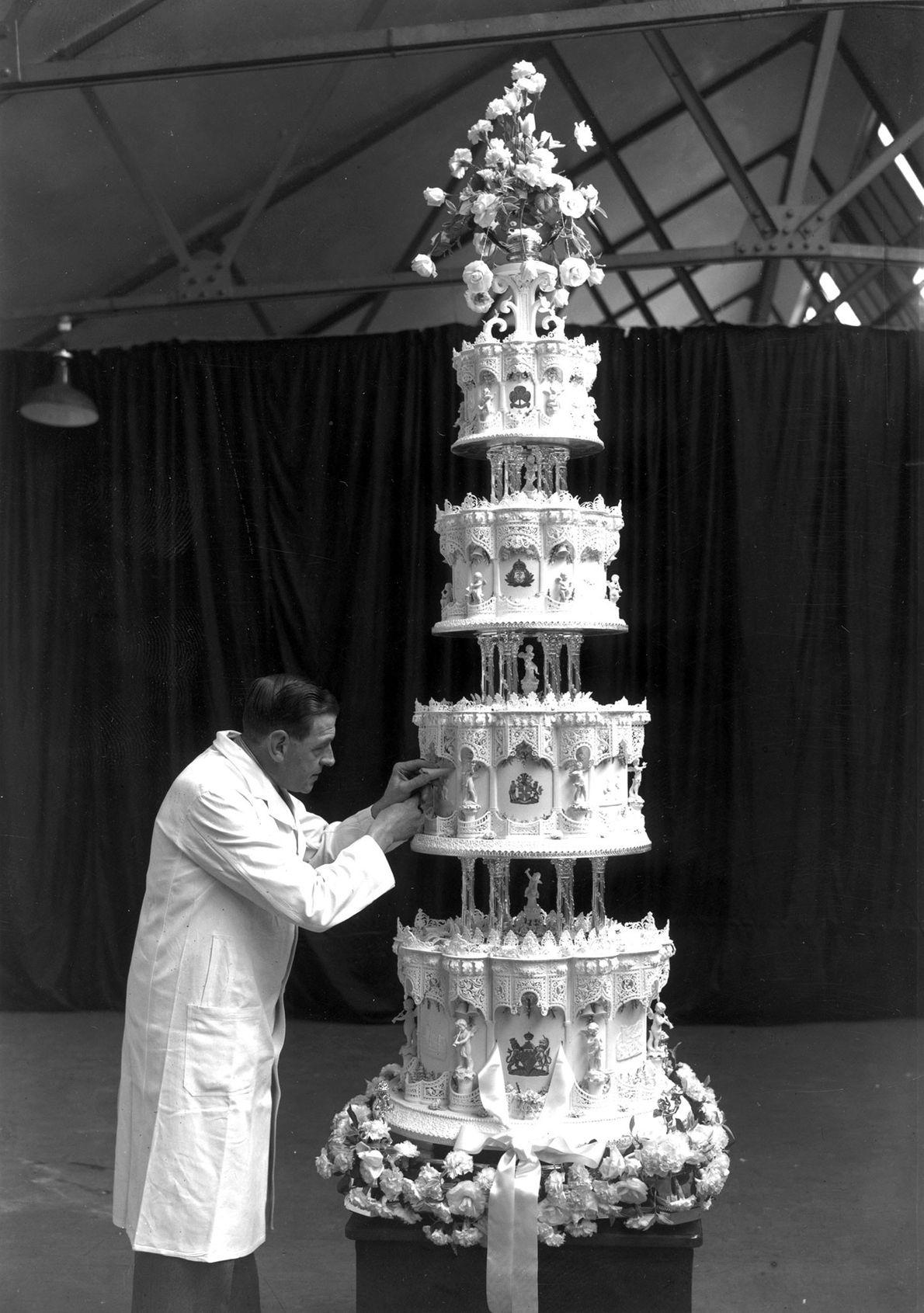 Los pasteles de las bodas reales suelen tener varios metros de alto y estar compuestos por ...