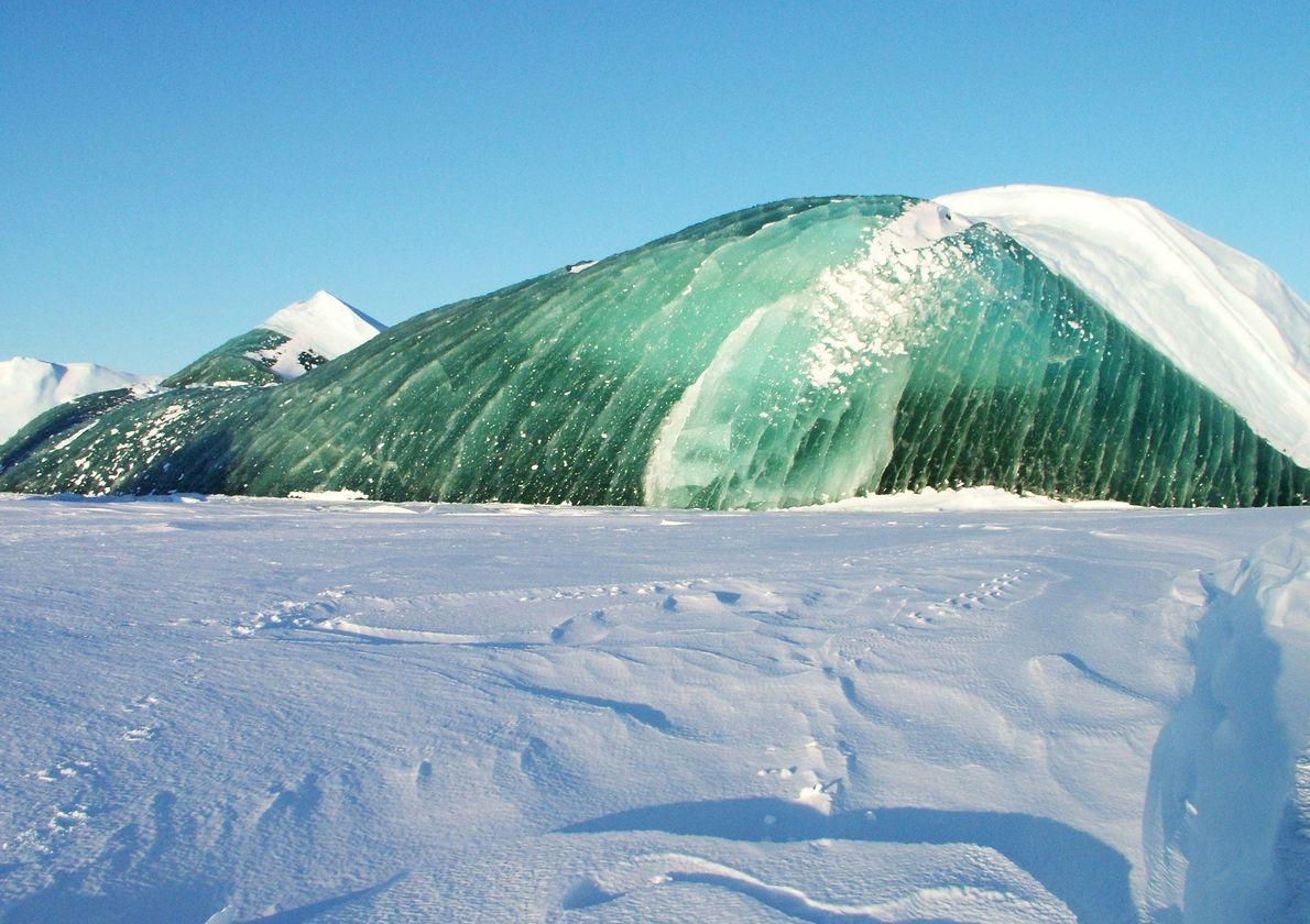 Al igual que sus contrapartes azules, los icebergs verdes suelen ser sorprendentemente transparentes, lo que significa ...