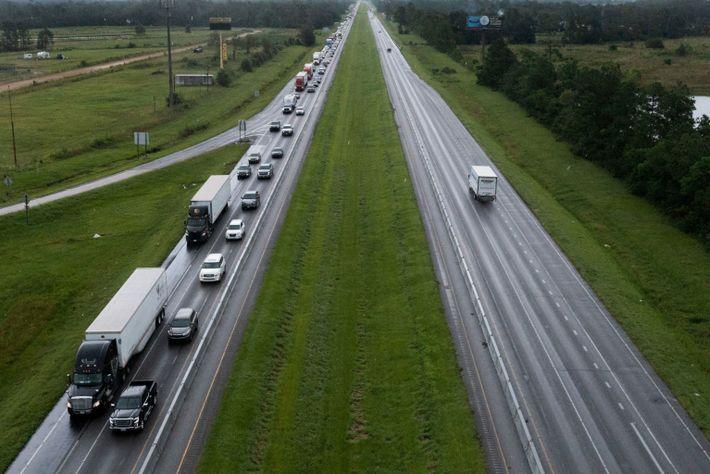 El tráfico se mueve de un extremo a otro a lo largo de la I-10 oeste ...