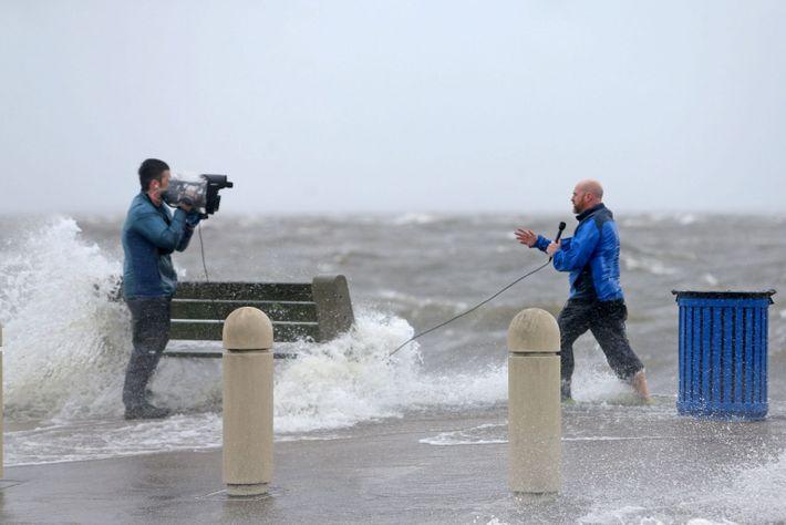 Un equipo de noticias documenta los efectos del huracán Ida cuando las olas ciclónicas empujan el ...