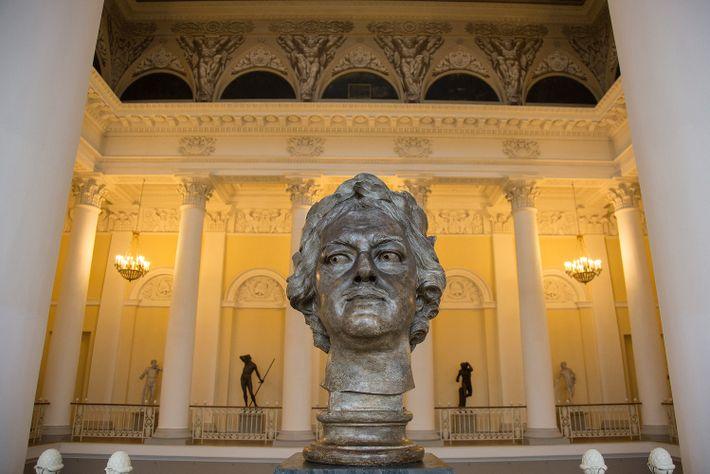 Un busto del zar Pedro I guarda el Museo Estatal Ruso.