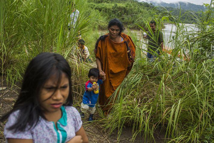 Ruth Buendía, una mujer asháninka nativa, y sus hijos visitan la comunidad Meteni en Río Ene, ...