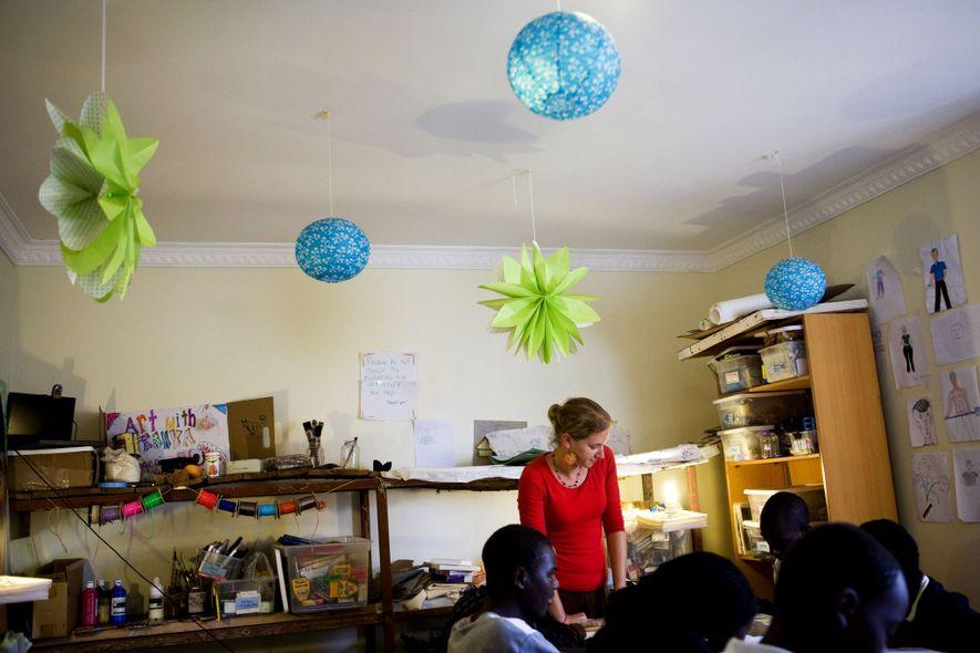 Huérfanos ruandeses encuentran esperanza en una aldea juvenil innovadora
