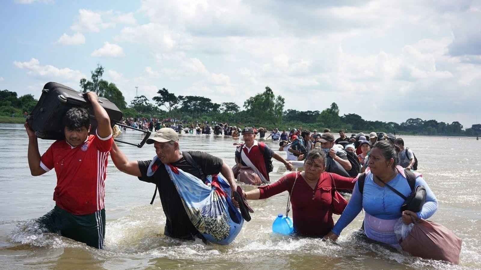 Una caravana de migrantes salvadoreños cruza la frontera de Guatemala a México por el río Suchiate ...