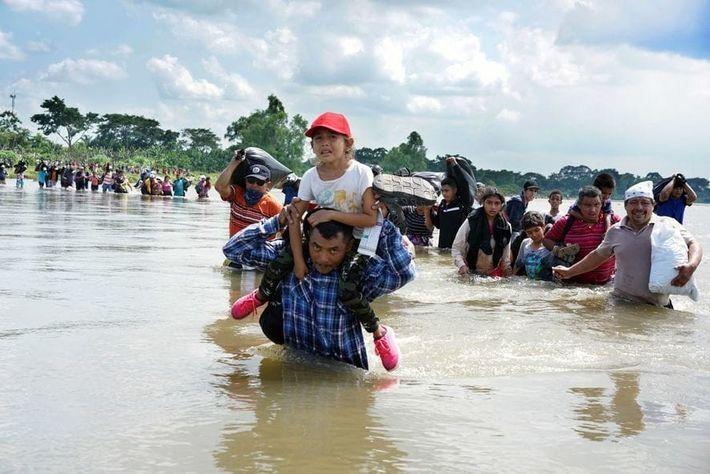 Una caravana de migrantes salvadoreños cruza el río Suchiate, que divide Guatemala y México. Las autoridades ...
