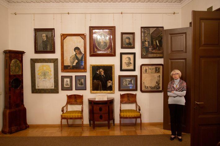 Una guía del museo en el umbral de una puerta del Museo de la Familia Samoilov.