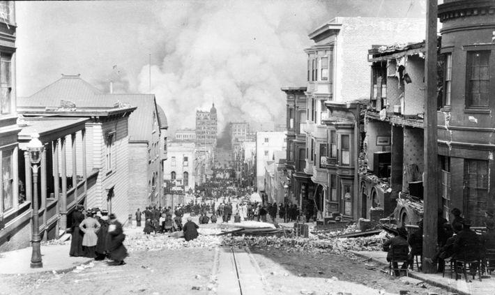 Una vista de la calle Sacramento de San Francisco después de un catastrófico terremoto en 1906. ...