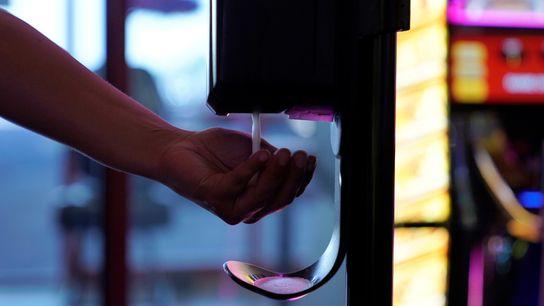 Si bien el peor peligro viene con el consumo oral, el uso de desinfectantes de manos ...