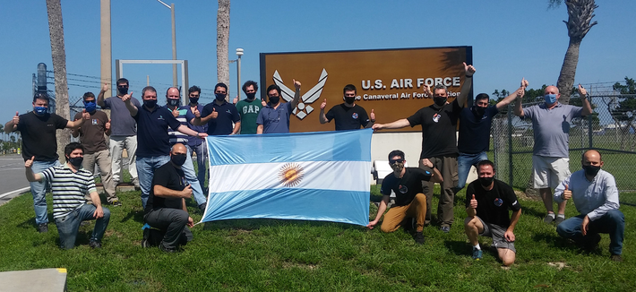 El equipo de CONAE e Invap en Estados Unidos, en las inmediaciones de la base de ...