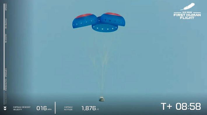 La cápsula de la tripulación New Shepard de Blue Origin regresa a la Tierra en paracaídas ...