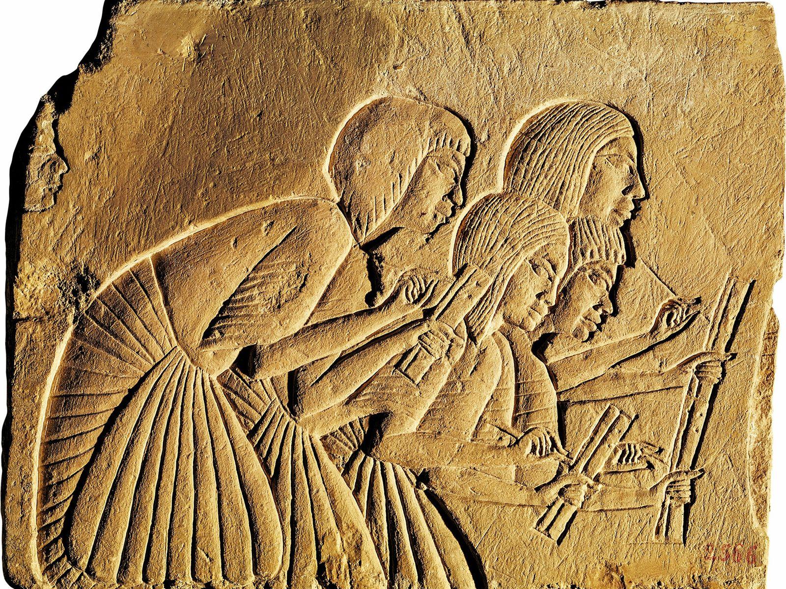 Los escribas anotan las frases de los poderosos en este relieve de la Tumba de Horemheb, ...