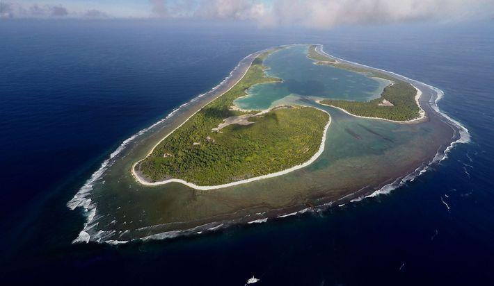 La búsqueda de Ballard se centra en la isla Nikumaroro, un atolón deshabitado que forma parte ...