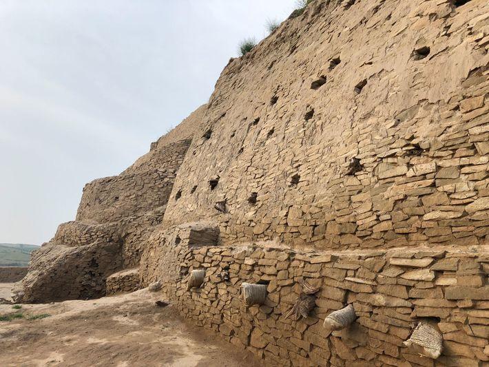La ciudad estaba rodeada de muros fortificados de más de dos metros de groso. Las ruinas ...
