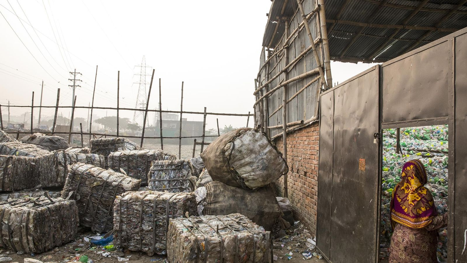 Montañas de plástico esperan para ser recicladas en Dhaka, Bangladesh.