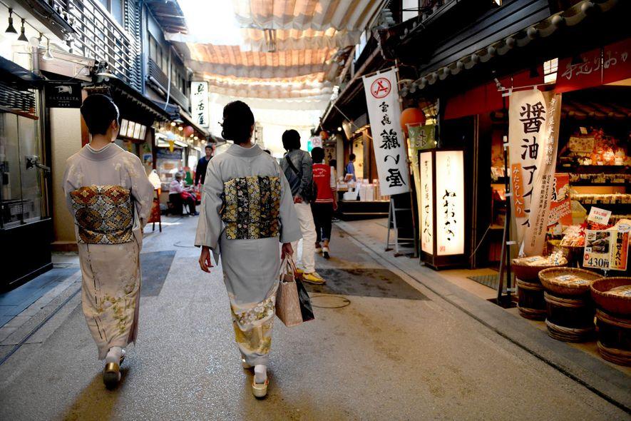 Dos mujeres recorren el Omotesando Shopping Arcade en Miyajima.