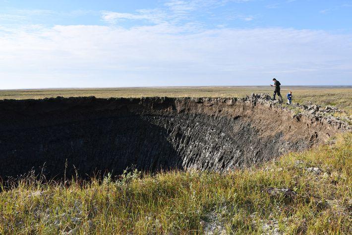 Los investigadores visitaron el cráter poco después de haberlo descubierto con la esperanza de comprender mejor ...