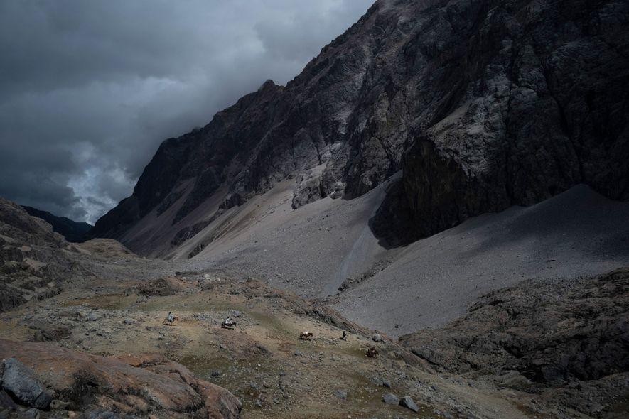 Los valles en los tramos superiores de Sierra Nevada están llenos de detritos de los glaciares ...