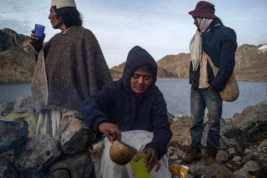 Gladys Martínez (centro) prepara café caliente con leche en polvo para Eulogio Villafaña (izquierda) y Ever ...