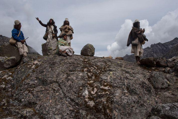 Bajo la guía de Mamo Adolfo Chaparro (derecha), los peregrinos Arhuacos llevan a cabo un trabajo ...