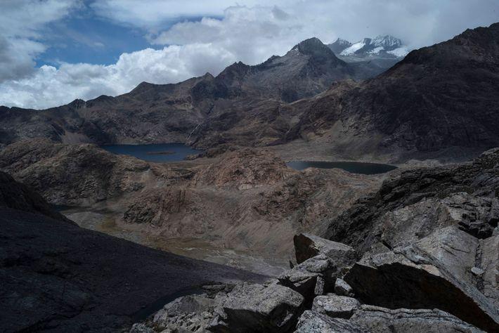 El lago Naboba y las cumbres de Bolívar y Colón se ven desde la mitad del ...