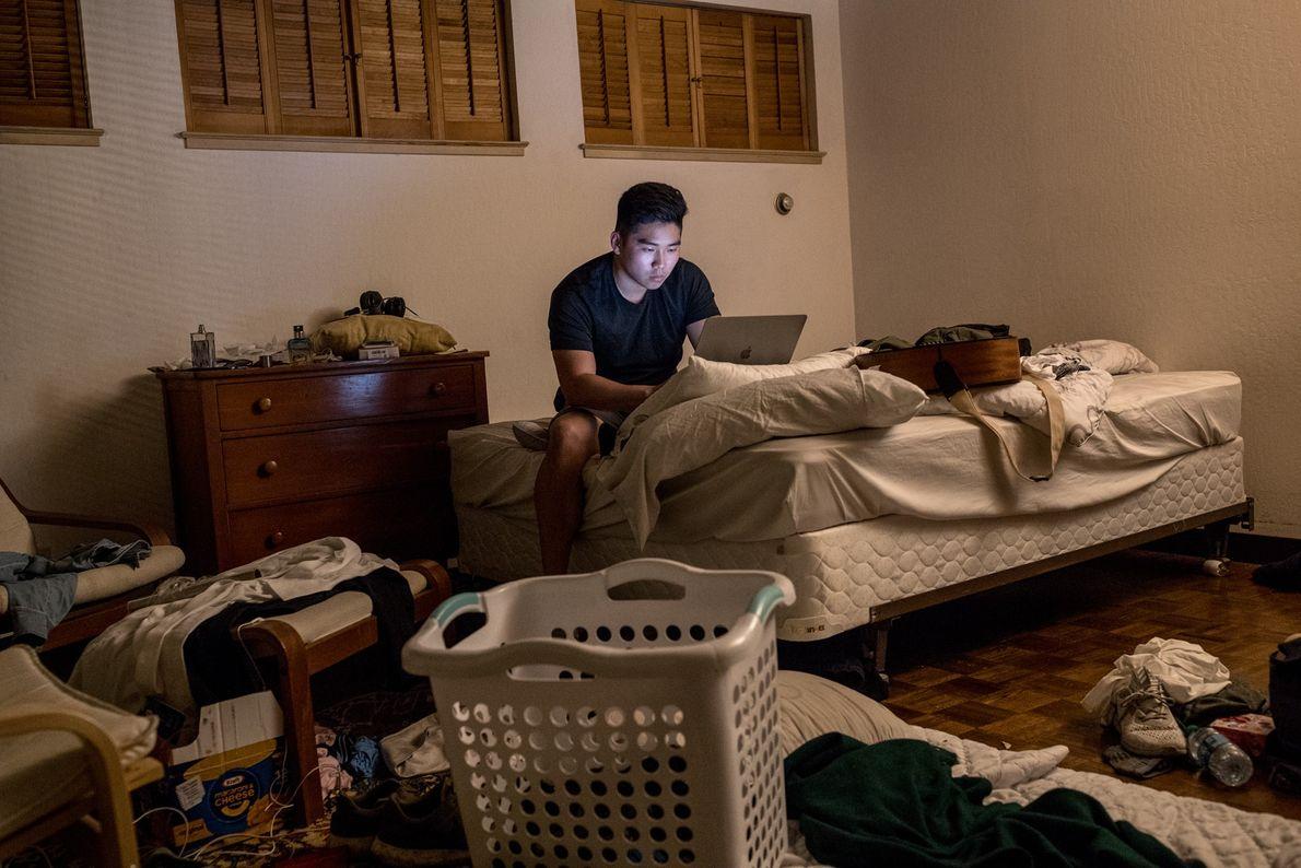 Andrew Kim trabaja en la oficina de verano de DoNotPay, en la misma casa de Palo ...