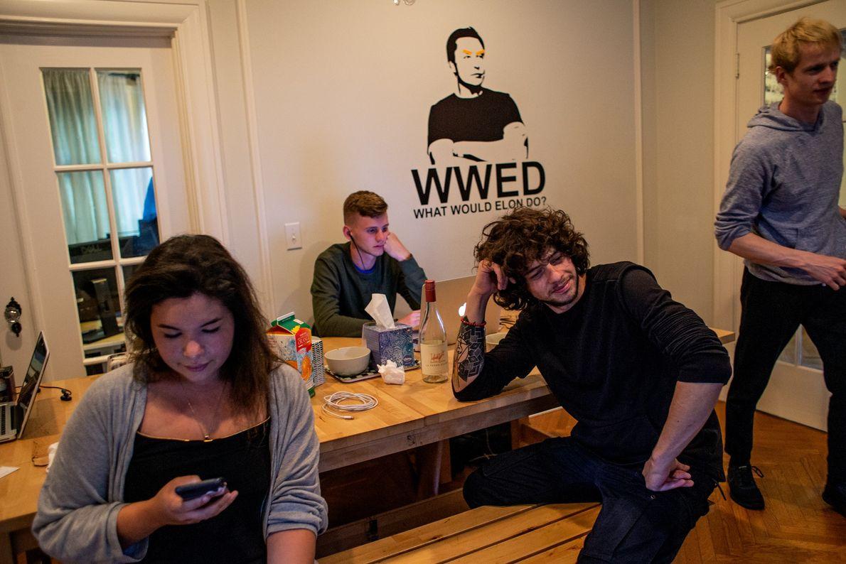 La imagen del visionario tecnológico Elon Musk se cierne sobre los jóvenes empresarios de tecnología en ...