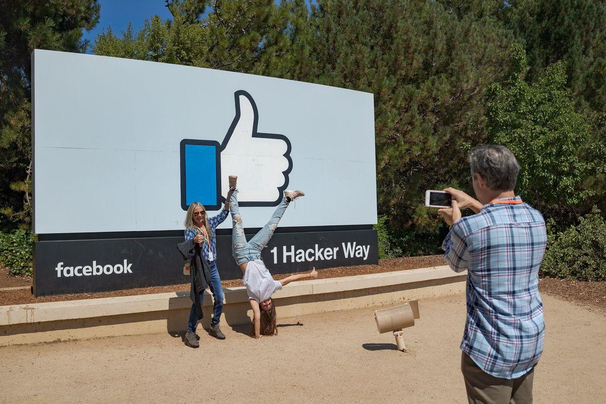 La nueva empleada de Facebook Nicole Voulgaropoulos y su madre, Sheryl Green-Voulgaropoulos, posan frente al cartel ...