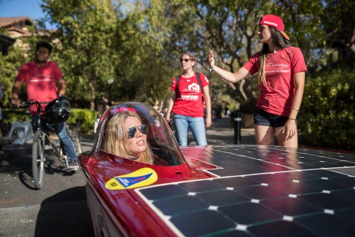Maggie Ford, directora de ingeniería de Stanford Solar Car Project, presenta un auto solar con su ...