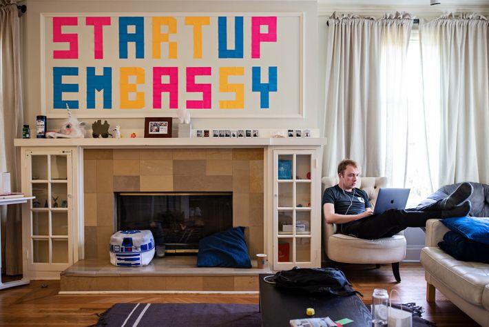El australiano Tristan Matthias pasó una semana trabajando y viviendo en la Startup Embassy (ahora cerrada), ...