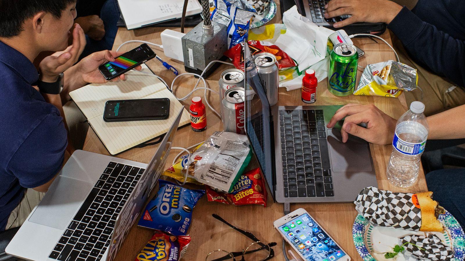 Con colaciones, bebidas energéticas y refrescos de dieta, los estudiantes de la Universidad Tecnológica Nanyang de ...