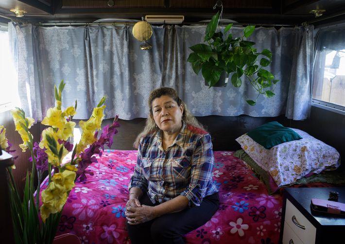 Imelda Valencia pasó tiempo viviendo en un tráiler estacionado en la entrada de la casa de ...