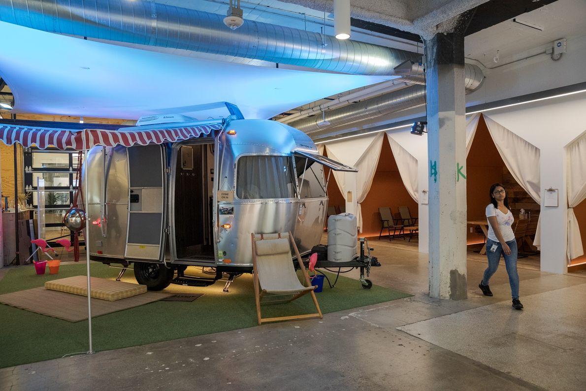 Un tráiler Airstream se usa como sala de reuniones de oficina abierta en la sede de ...