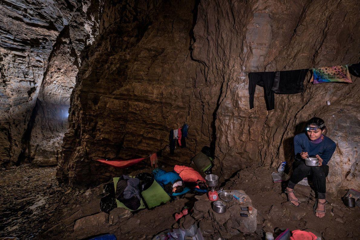 Amy Morton, miembro del equipo de expedición de PESH, describe la experiencia de dormir bajo tierra ...