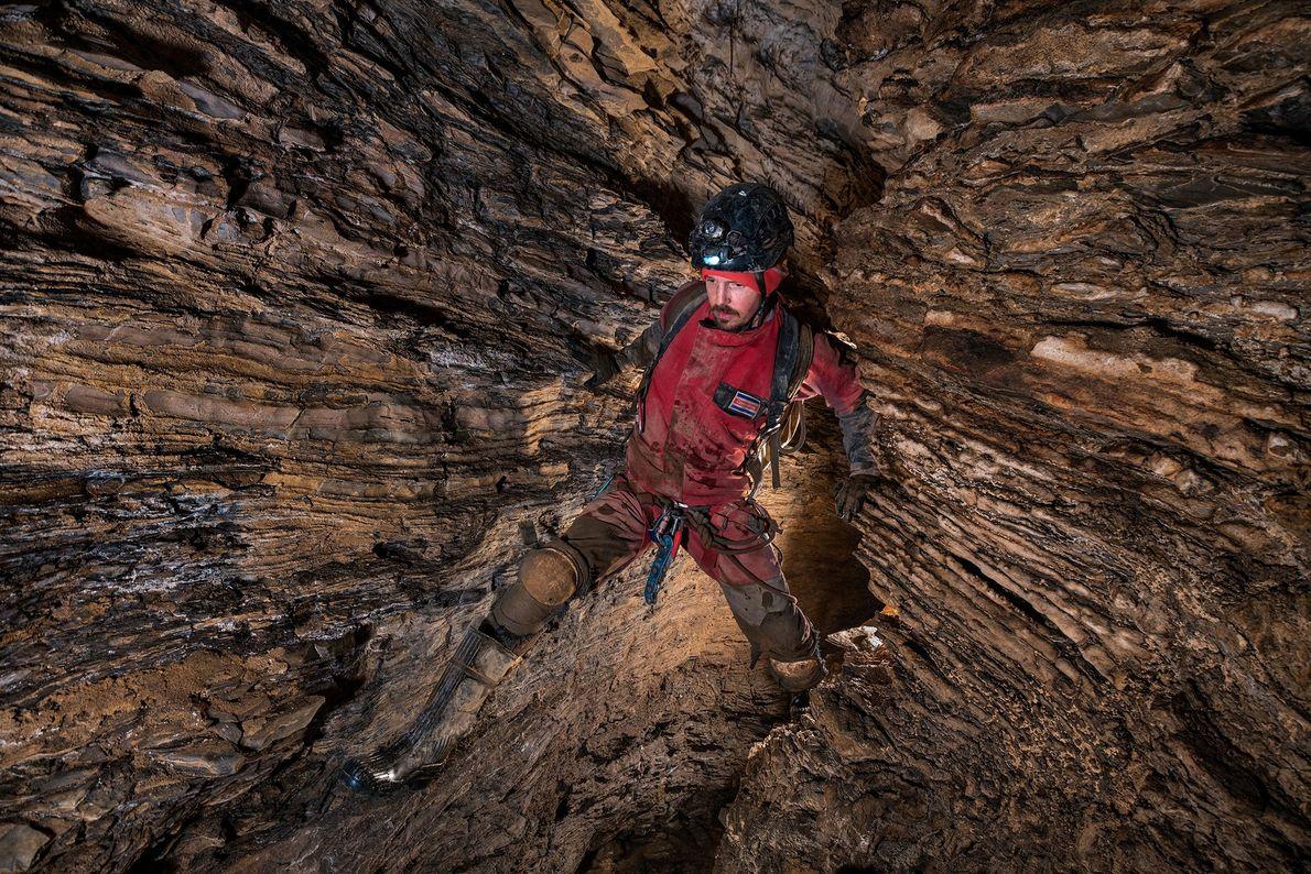 Scott Trescott, de Costa Rica, escala sobre las rocas que caen mientras atraviesa el pasaje del ...