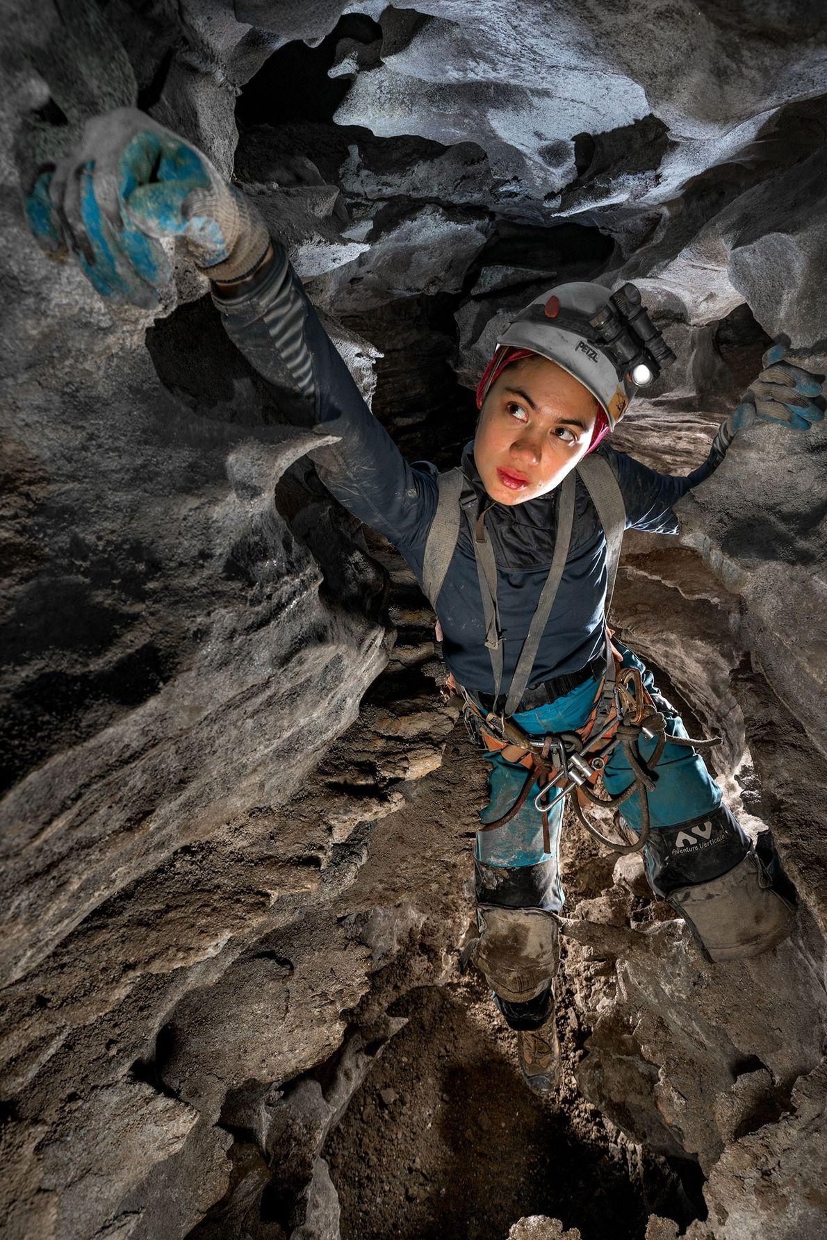 Sonia Meyer atraviesa el pasaje del cañón en el Sistema Huautla, la cueva más profunda en ...