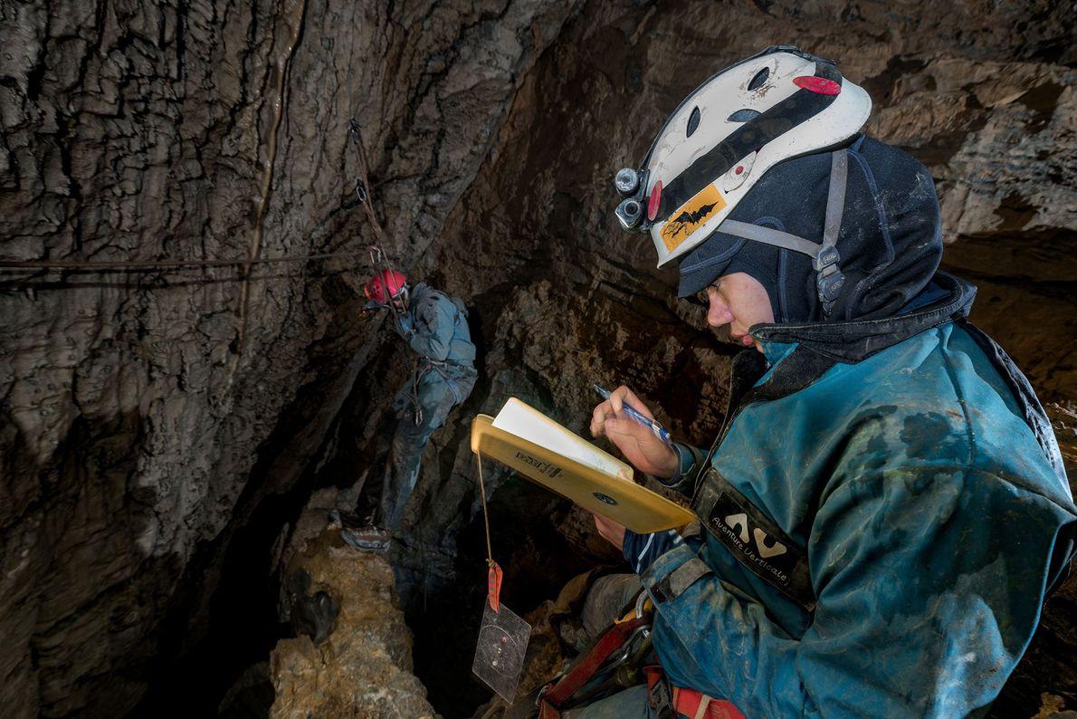 En un pasaje oscuro en Oaxaca, Sonia Meyer esboza en un borrador a prueba de agua ...