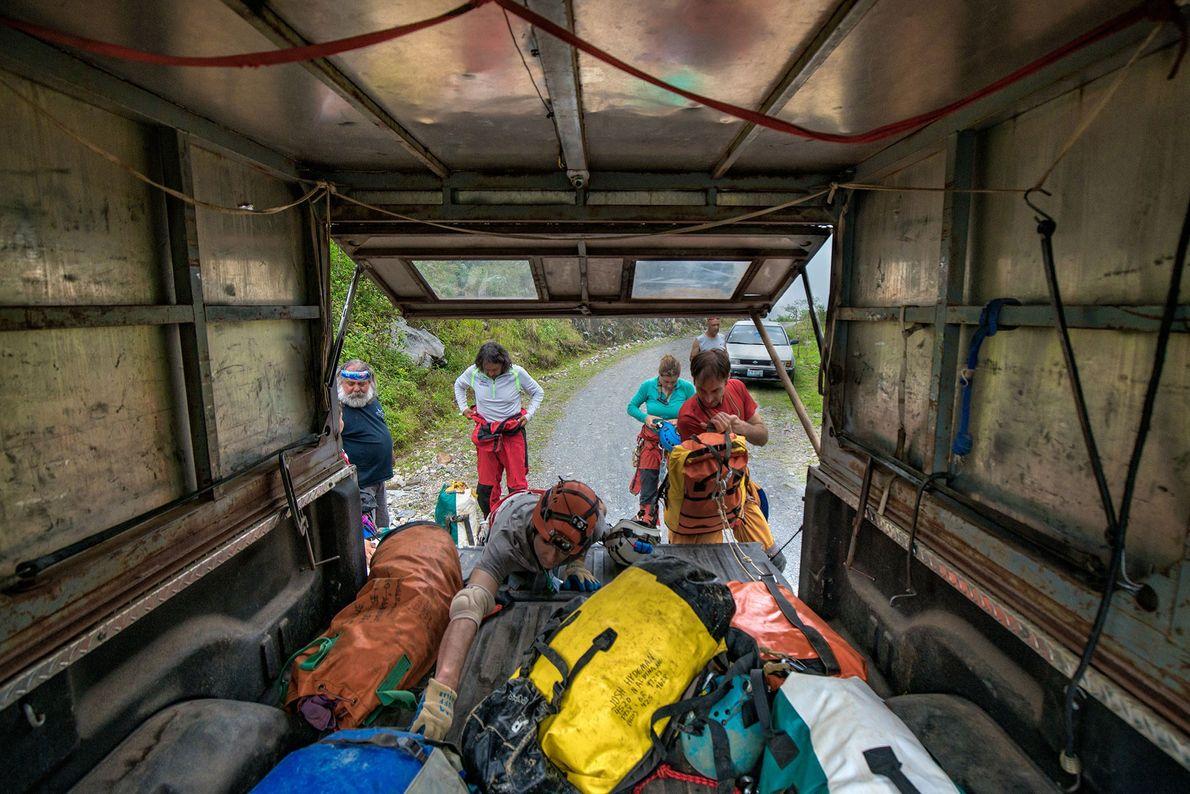 Los espeleólogos agarran sus mochilas y realizan una expedición de campamento dentro de La Grieta durante ...