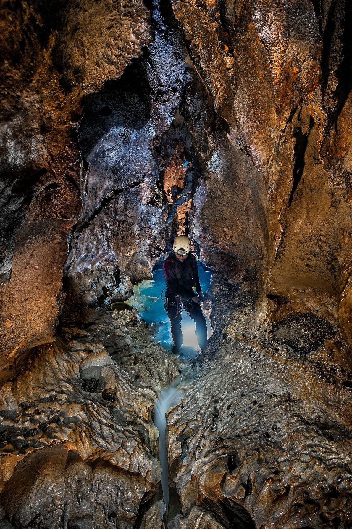 Un miembro de la expedición viaja a través de una parte del Sistema Huautla que se ...