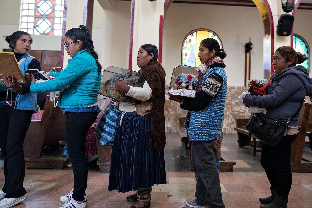 Hay conflicto entre las creencias indígenas y las católicas. Una declaración preparada por escrito por el ...
