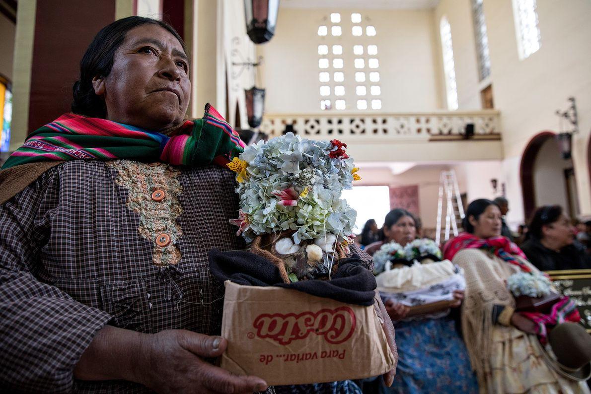 En el Día de las Ñatitas, las mujeres y sus ñatitas esperan una bendición en la ...