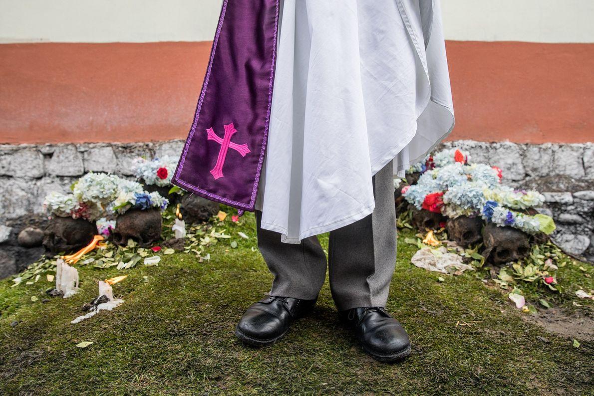 Hernan Aguilove Espinoza, miembro de un culto religioso local que se separó del catolicismo romano, bendice ...