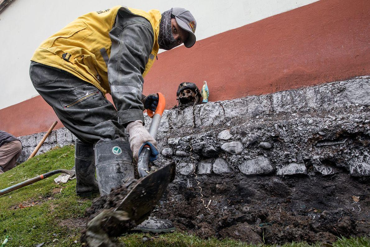 Uno de los sepultureros encuentra la primera ñatita en la fosa común, luego la coloca al ...