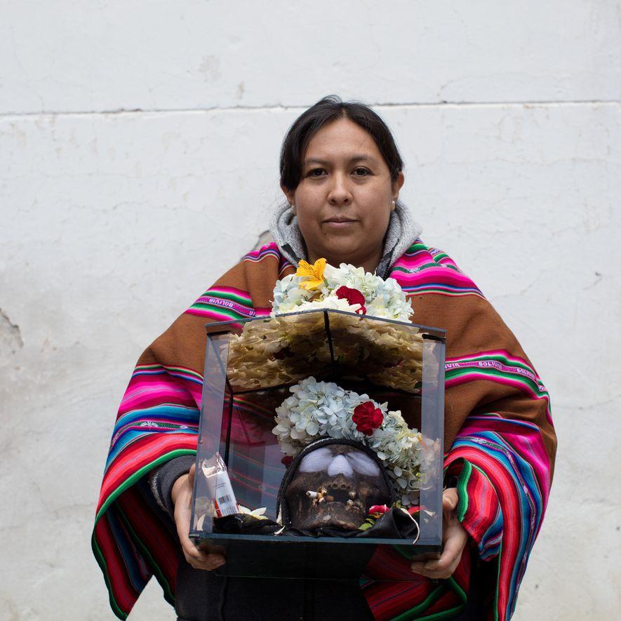 Jenny Montes sostiene a Angel en el Cementerio General de La Paz en el Día de ...