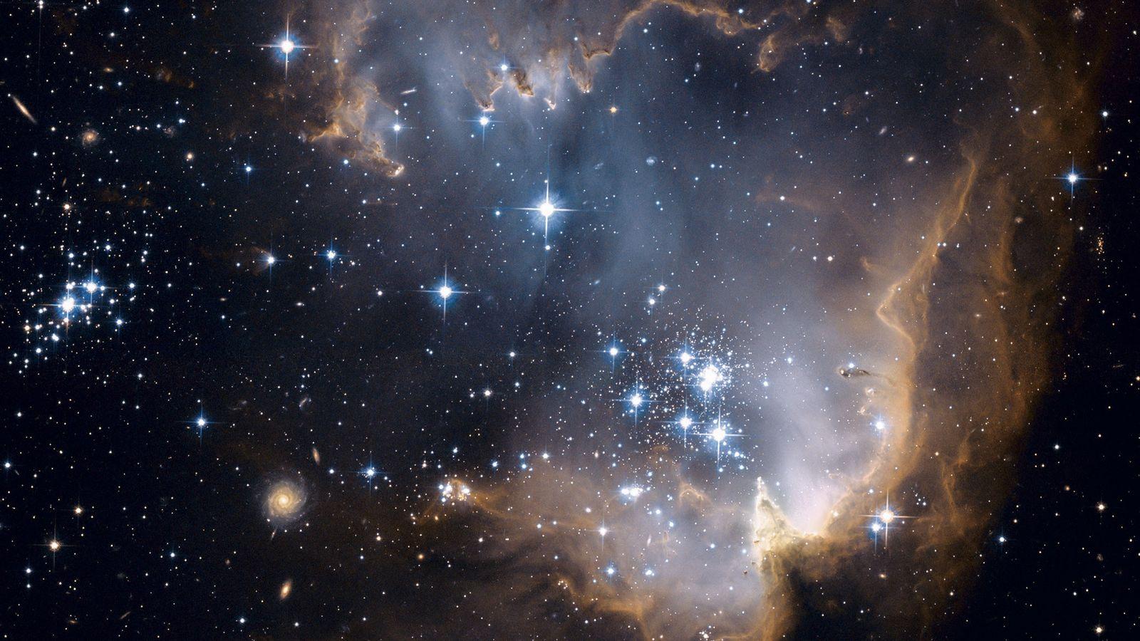 La poderosa radiación de las estrellas recién nacidas hace estallar una cavidad en una región de ...