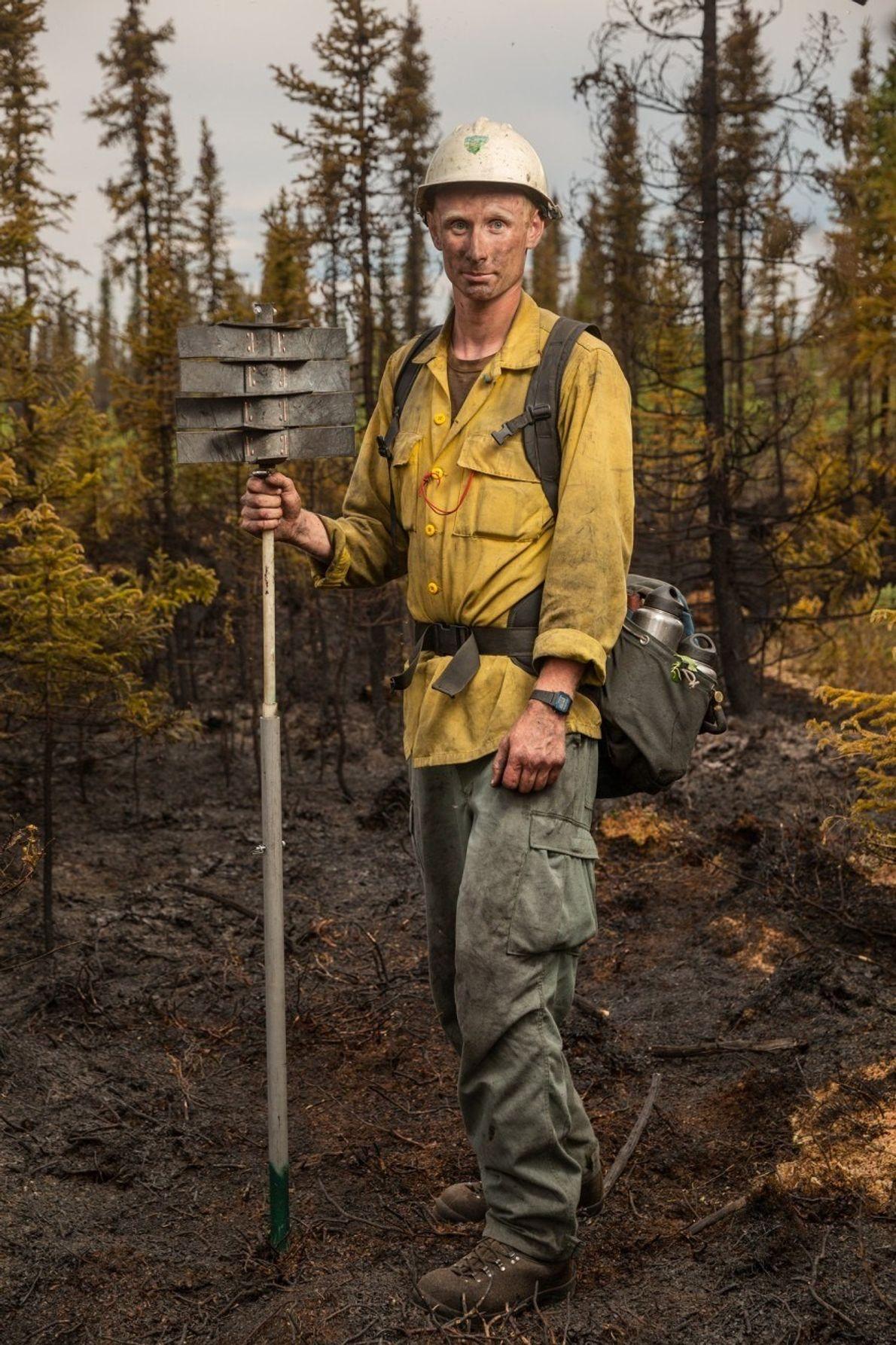 Spencer Robertson se detiene tras apagar el incendio 323, provocado por la caída de un rayo ...