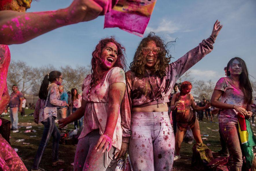 Dos mujeres festejan en la celebración Holi en Richmond Hill, un barrio de Queens, Nueva York, ...