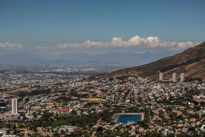 Un embalse se puede ver a un nivel bajo en Ciudad del Cabo en febrero. Muchas ...