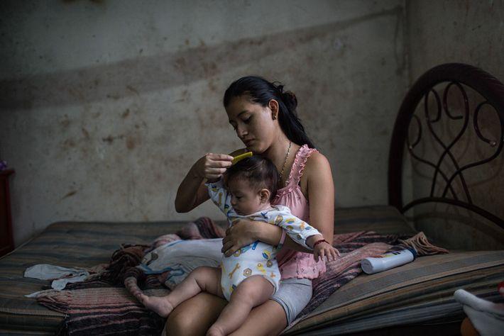 En Tinún, México, Beatriz (18) peina a su hijo André después de bañarlo. Beatriz es apicultora ...