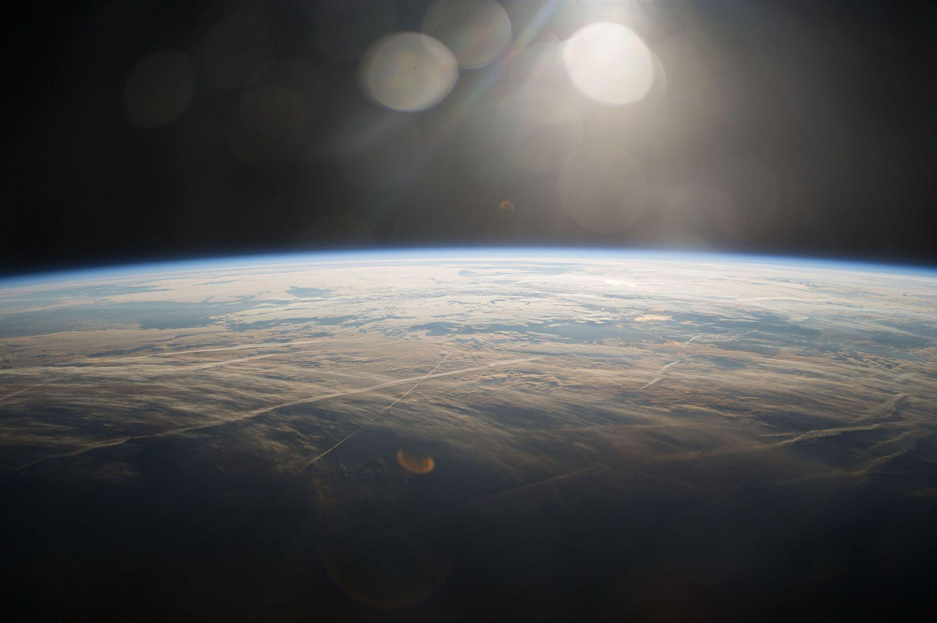 Un amanecer sobre el planeta azul tomada desde la Estación Espacial Internacional.